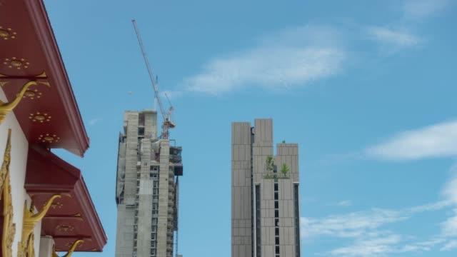 vídeos y material grabado en eventos de stock de rascacielos con paisaje de cielo azul claro. - mckyartstudio