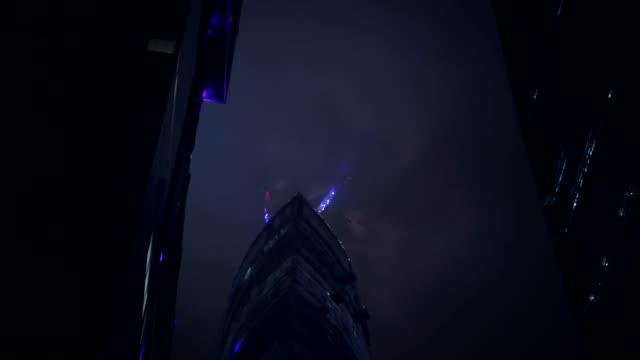 超高層ビル、クレーン夜 - ローアングル点の映像素材/bロール