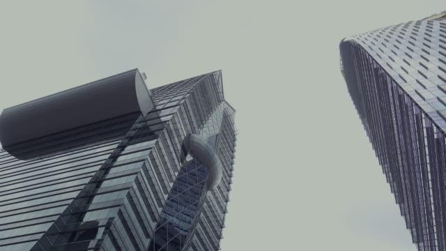 vídeos y material grabado en eventos de stock de rascacielos con cielo gris en la luz del día. - gris