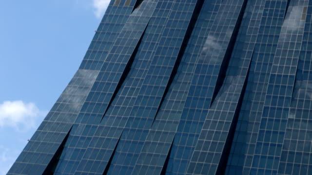 Wolkenkratzer mit Reflexion von Wolken-Zeitraffer