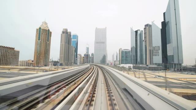 pov wolkenkratzern entlang der dubai metro - einschienenbahn stock-videos und b-roll-filmmaterial