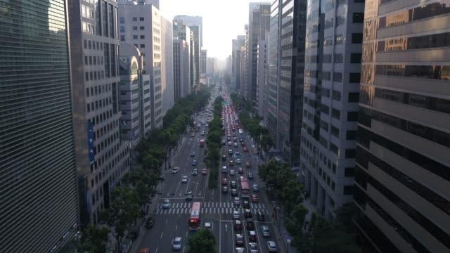 vídeos de stock, filmes e b-roll de skyscrapers and commuters in teheran road, gangnam-gu district, seoul - after work