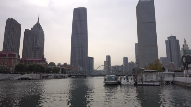 vídeos de stock e filmes b-roll de skyscrapers and haihe river the landmark of downtown tianjin tianjin is one of the four municipalities directly under chinese central government - barco de turismo