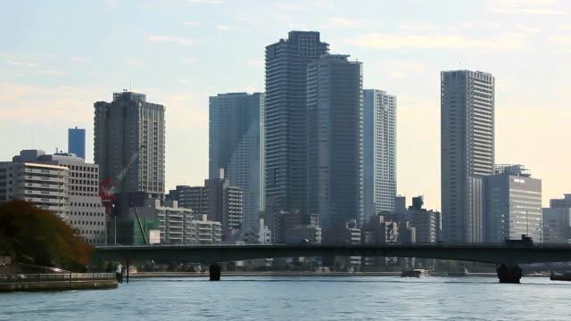 東京の高層ビルの正午