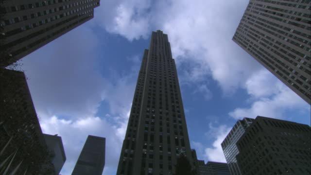 la skyscrapers at rockefeller center / new york city, new york, united states - ロックフェラーセンター点の映像素材/bロール