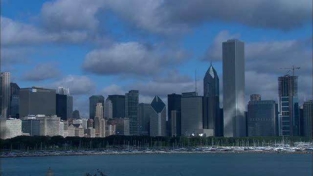 vídeos de stock, filmes e b-roll de ws pan t/l skyscrapers in chicago / chicago, illinois, usa - chicago 'l'