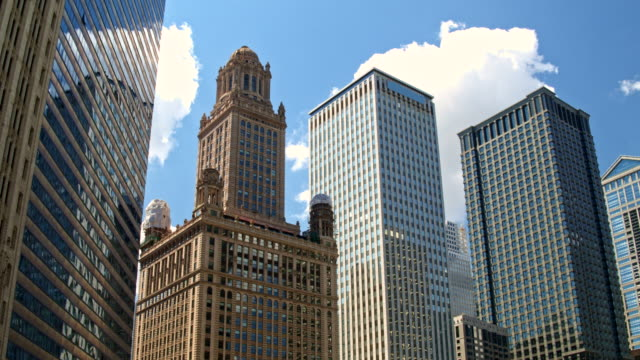 skyscrapers in chicago - inquadratura estrema dal basso video stock e b–roll