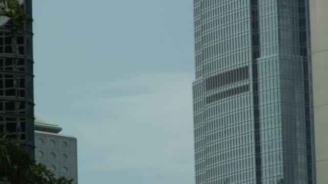 stockvideo's en b-roll-footage met cu zo ms skyscrapers in financial district, hong kong, china - hong kong