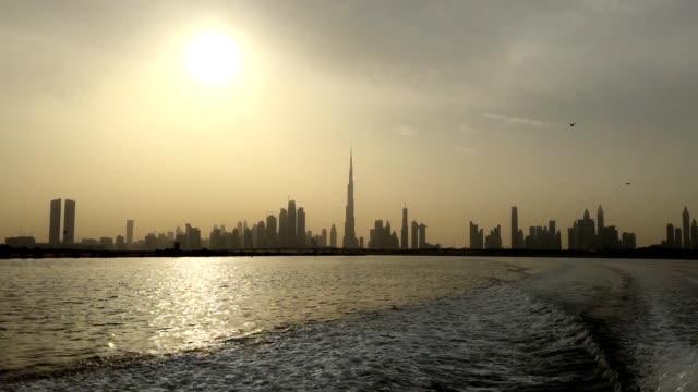 Gratte-ciels brumeux distance tir de bateau quittant le sentier sur surface