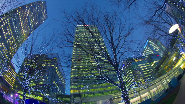 skyscrapers in london's docklands at night. - クリスマスライト点の映像素材/bロール