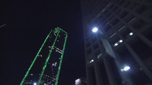 ms skyscrapers in the city lights at night / dallas, texas, united states - autoperspektive stock-videos und b-roll-filmmaterial