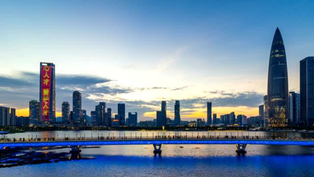 Wolkenkratzer im Finanzviertel / Shenzhen, China / 4K Zeitraffer.