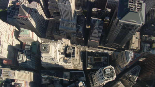 vídeos de stock, filmes e b-roll de aerial skyscrapers including 40 wall street originally bank of manhattan trust - wall street