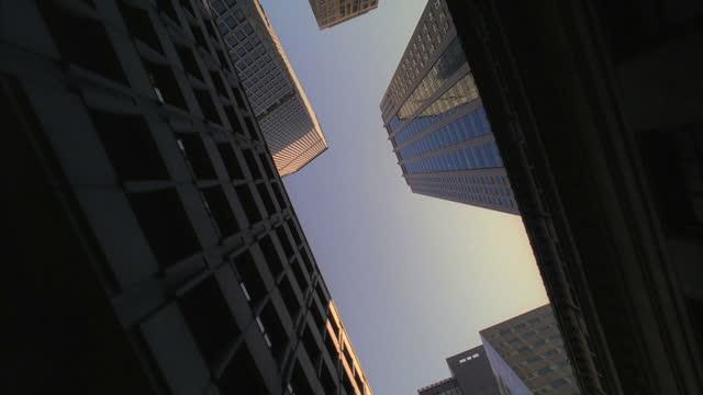 vídeos y material grabado en eventos de stock de skyscrapers line manhattan street. - low angle view