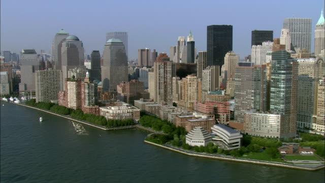 vidéos et rushes de skyscrapers line the shoreline of battery park. - port de new york