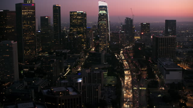vídeos de stock e filmes b-roll de aerial skyscrapers of downtown la at night - city of los angeles