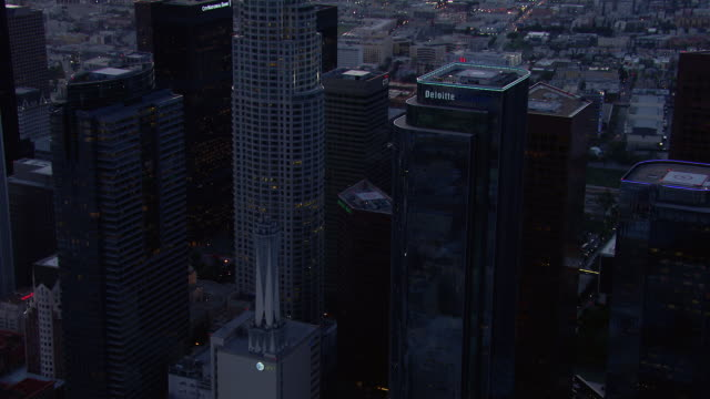 vidéos et rushes de skyscrapers of downtown los angeles at night fall. - crépuscule
