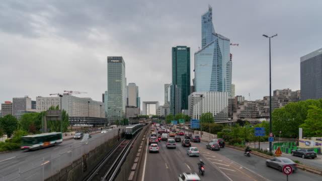 vidéos et rushes de gratte-ciel de la defense avec la circulation dans paris 4k laps de temps - autoroute