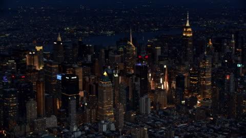 vídeos y material grabado en eventos de stock de aerial skyscrapers of manhattan at night - new york city