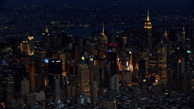 vídeos de stock, filmes e b-roll de aerial skyscrapers of manhattan at night - new york city
