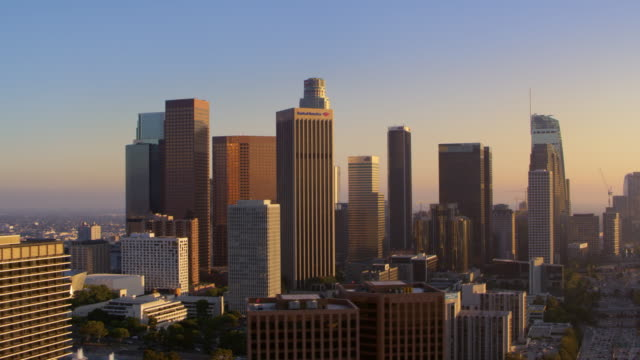 stockvideo's en b-roll-footage met luchtfoto wolkenkrabbers van de stad los angeles, ca - financieel district