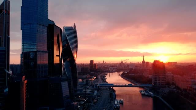 vidéos et rushes de toits de gratte-ciels au coucher du soleil. russie, moscou - quartier financier