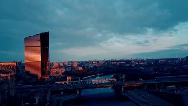 Wolkenkratzer skyline bei Sonnenuntergang