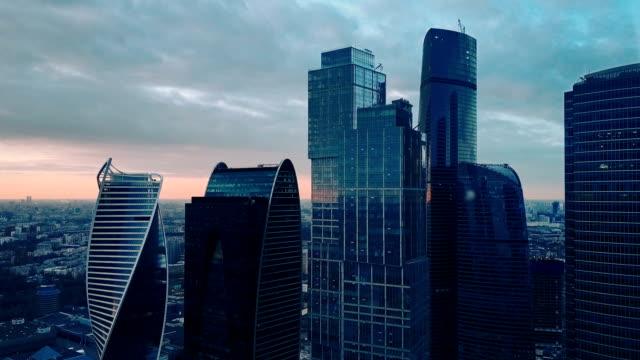 vidéos et rushes de gratte-ciel de la ville au coucher du soleil - quartier financier