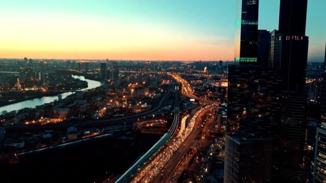 超高層ビルの街並みで夕日