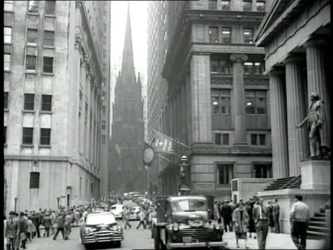 skyscrapers surround the new york stock exchange on wall street in new york city - 1940 bildbanksvideor och videomaterial från bakom kulisserna