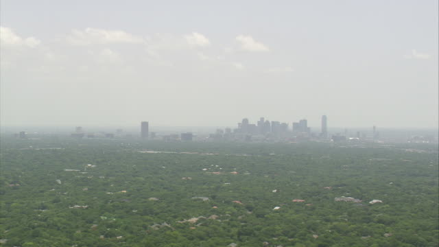 vídeos de stock e filmes b-roll de ws aerial skyscrapers surrounded by tree at downtown dallas / texas, united states - rodear