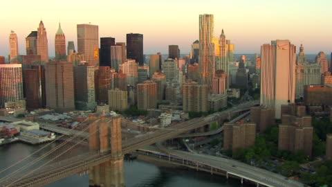 vídeos y material grabado en eventos de stock de skyscrapers tower along the east river near the brooklyn bridge. - estado de nueva york