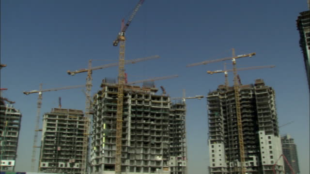 vídeos y material grabado en eventos de stock de ms, pan, skyscrapers under construction, dubai, united arab emirates - palmera abanico