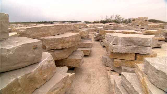 slabs of limestone fill a quarry. - 石灰岩点の映像素材/bロール