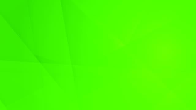 vídeos de stock, filmes e b-roll de oblíqua, angular e afiada curvas abstratas verdes brilhantes formas geométricas, retângulos, triângulos, quadrados de malha uns aos outros e flutuando em torno de loop capaz de vídeo de fundo 4k sem costura - articulação facetária