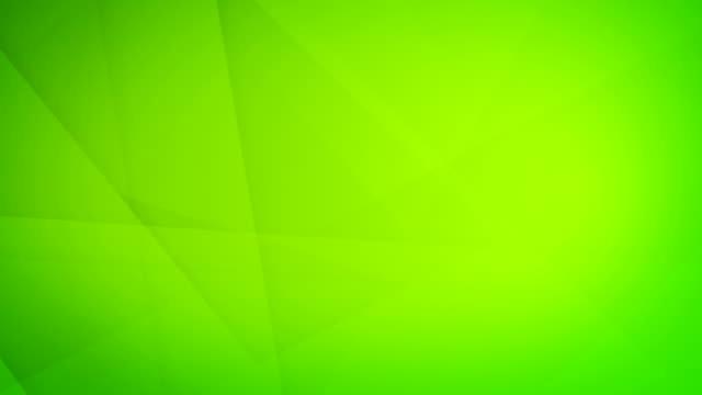 vídeos de stock, filmes e b-roll de inclinado, angular e afiado curvas abstratas verde floresta formas geométricas, retângulos, triângulos, quadrados de malha uns aos outros e flutuando em torno de loop capaz de vídeo de fundo 4k sem costura - articulação facetária