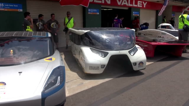 stockvideo's en b-roll-footage met sleek little racers powered by the sun began their grueling 3000kilometer transcontinental journey as the world's largest solar car race got the... - startvlag