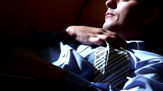vídeos de stock e filmes b-roll de sono de trabalho - vestuário de trabalho formal