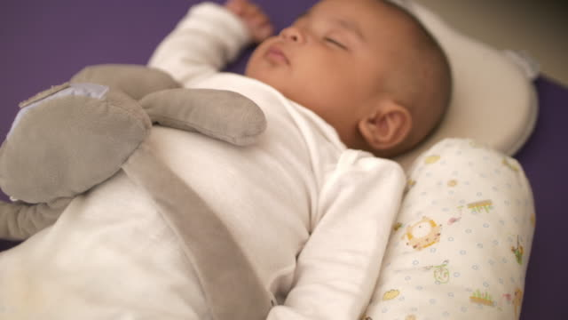 slo mo schlafen baby zu hause - ein männliches baby allein stock-videos und b-roll-filmmaterial