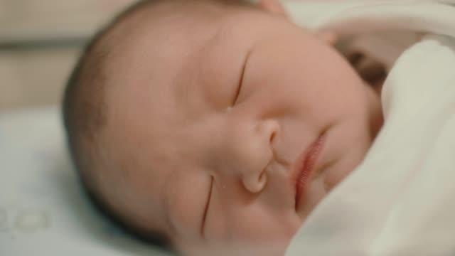 vídeos y material grabado en eventos de stock de cu : niño dormido en el hospital - recién nacido 0 1 mes