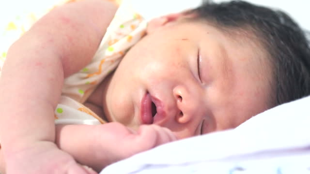 vídeos de stock e filmes b-roll de dormir bebê close-up - só um bebé menino