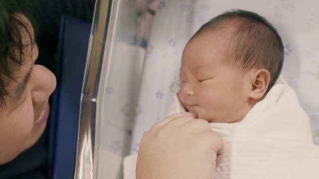vídeos y material grabado en eventos de stock de bebé durmiente (0-1 meses) en el hospital - 0 1 mes