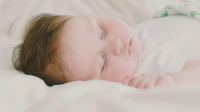 sleeping baby - schlafen stock-videos und b-roll-filmmaterial