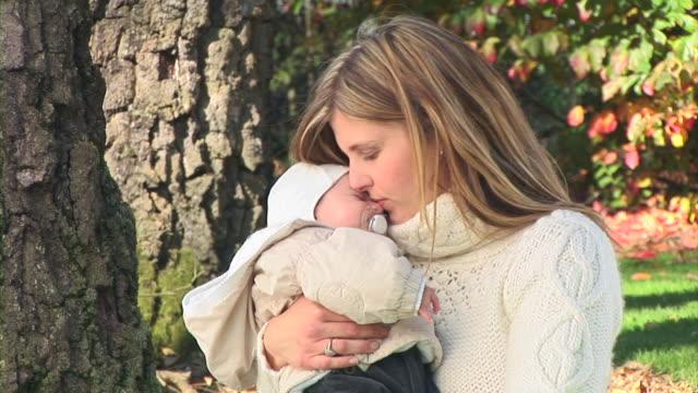 vídeos y material grabado en eventos de stock de hd: bebé dormir - ropa de invierno