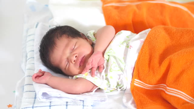 vídeos de stock e filmes b-roll de dormir bebê - só um bebé menino