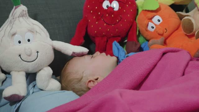 sleeping baby - 男の赤ちゃん一人点の映像素材/bロール