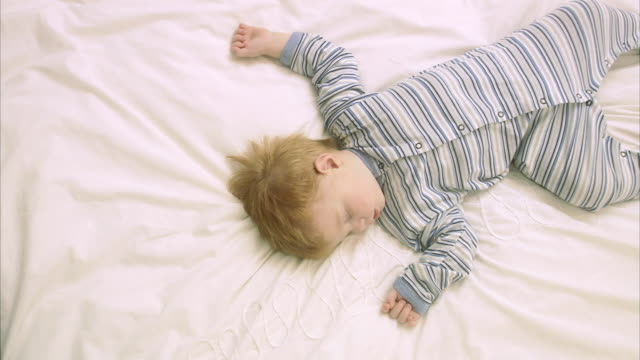 vídeos de stock e filmes b-roll de a sleeping child sweden. - 18 a 23 meses