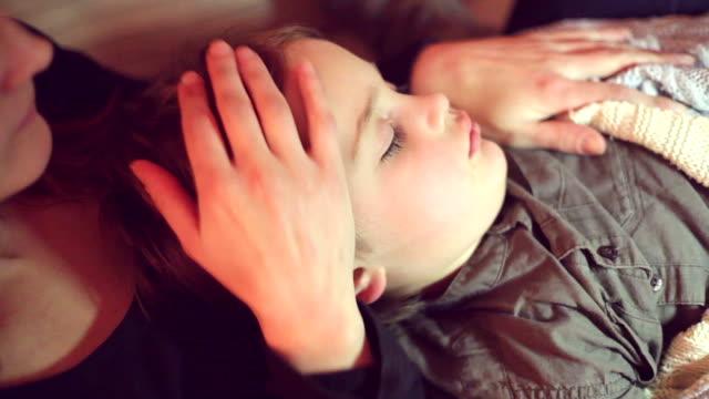 vídeos de stock, filmes e b-roll de dormindo nos braços da mãe - família monoparental