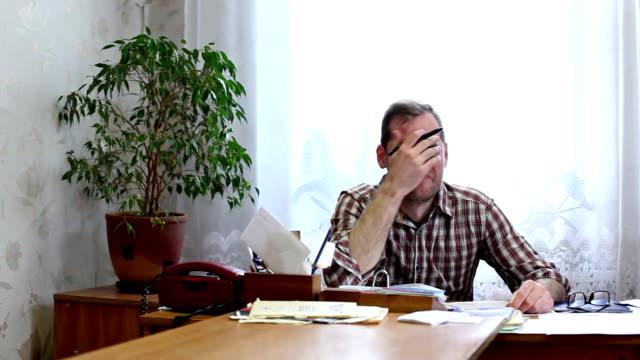 Slapende kantoor werknemer is gewekt door de telefoon