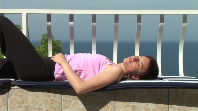 hd: dormire - sunbathing video stock e b–roll